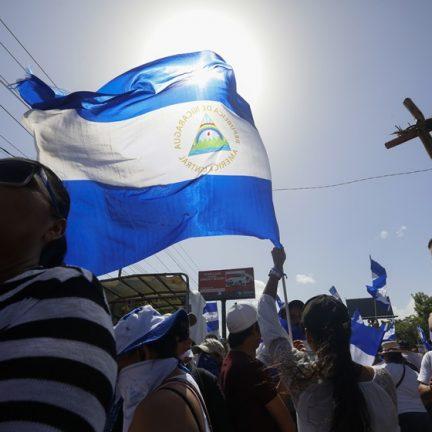 NIC - NICARÁGUA/IGREJA/MORTES - INTERNACIONAL - Pessoas pedem  neste sábado (14) a libertação de estudantes que estavam entrincheirados   em uma igreja em  Manágua, capital da Nicarágua, desde a tarde de ontem (13). Dois deles   morreram hoje em ataques das forças de segurança do país. Eles foram baleados na cabeça,   um dentro da igreja e outro atrás de uma barricada.   14/07/2018 - Foto: ALFREDO ZUNIGA/ASSOCIATED PRESS/ESTADÃO CONTEÚDO