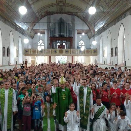 """Encontro Diocesano de Coroinhas: """"Ao ajudar o padre e a comunidade, ajudam o próprio Jesus Cristo no anúncio do Evangelho""""."""